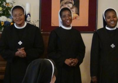 Durch den Kontakt zu Pater Patrik Priester aus Kenia, der sein Praktikum in Königsbrunn absolviert hatte, kamen drei junge Mädchen zu uns und traten in unsere Gemeinschaft der Dienerinnen Christi ein.